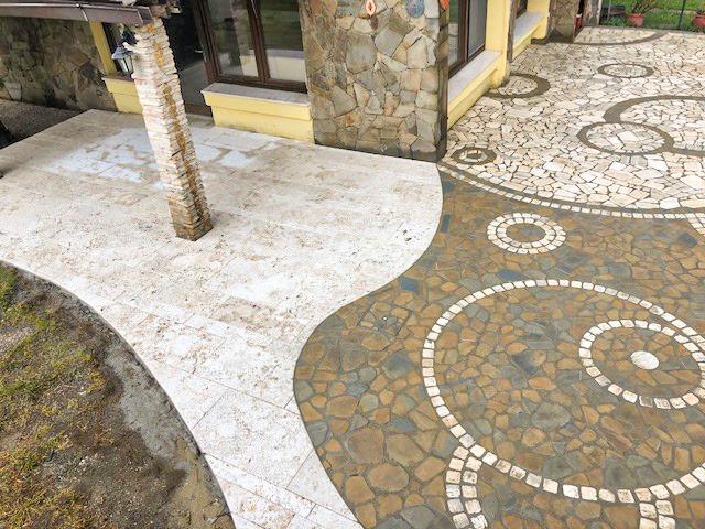 Pavimentazione esterno con mosaico