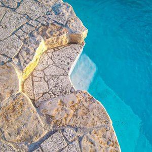 Piscina con pavimentazione in pietra